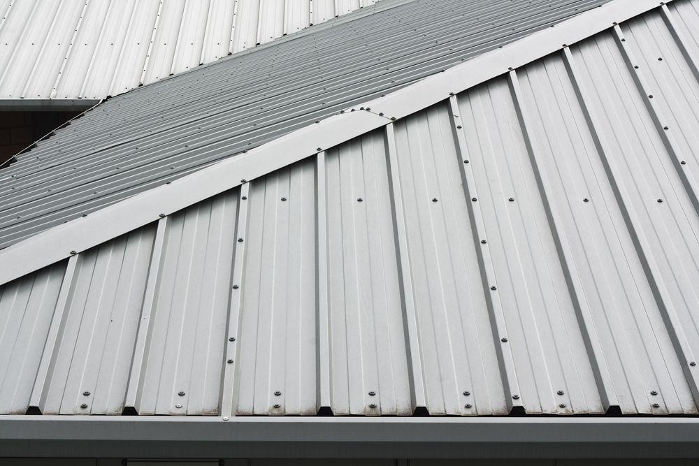 vista de cima de um telhado de metal