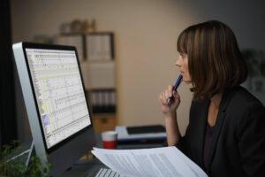 mulher trabalhando no computador