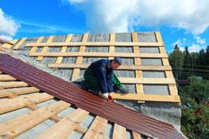 homem dando manutenção no telhado