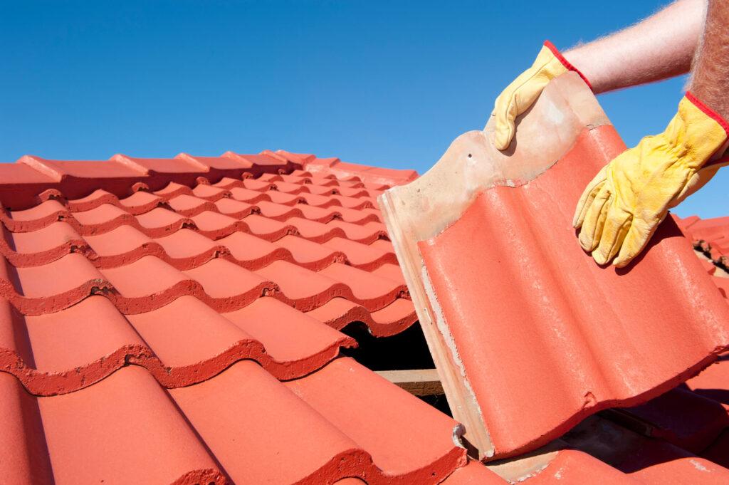 homem fazendo manutenção em um telhado