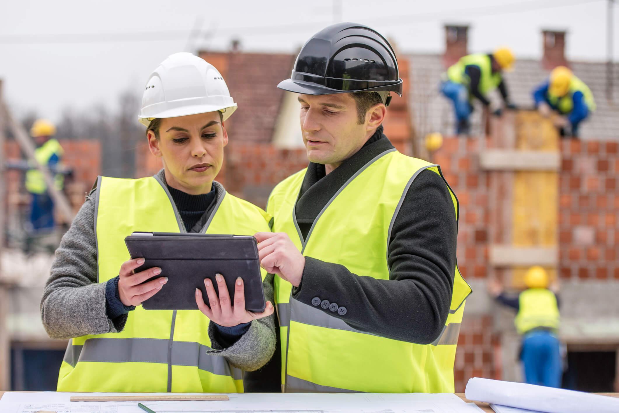 engenheiros falando sobre novidades na construção civil