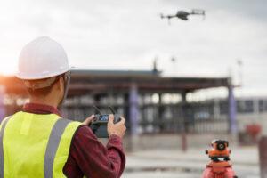 Engenheiro trabalhando com drone no canteiro de obras