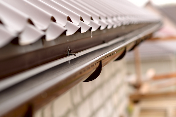 Veja como acabar com a infiltração no telhado com a ajuda dos rufos