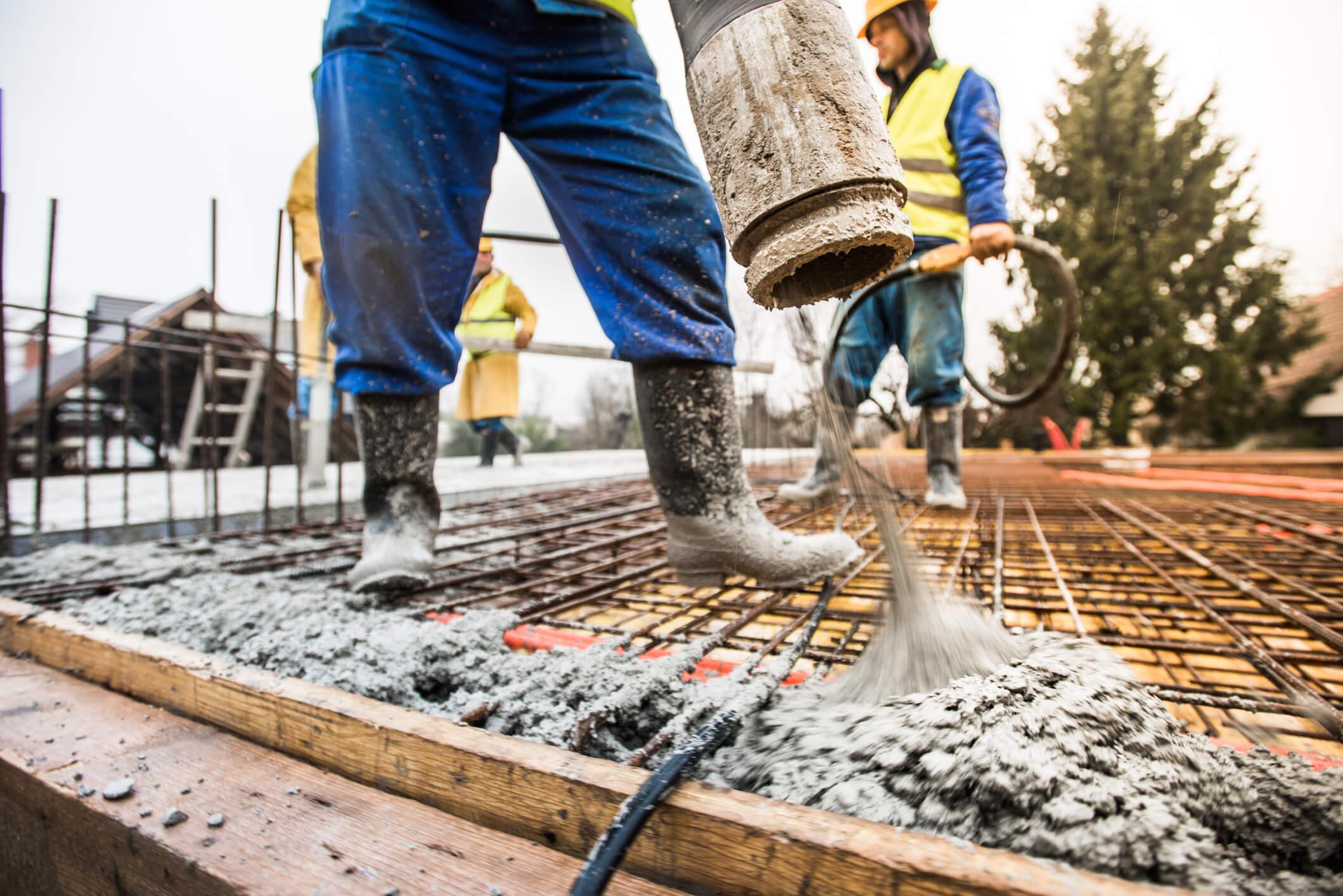 homem aplicando concreto autoadensável