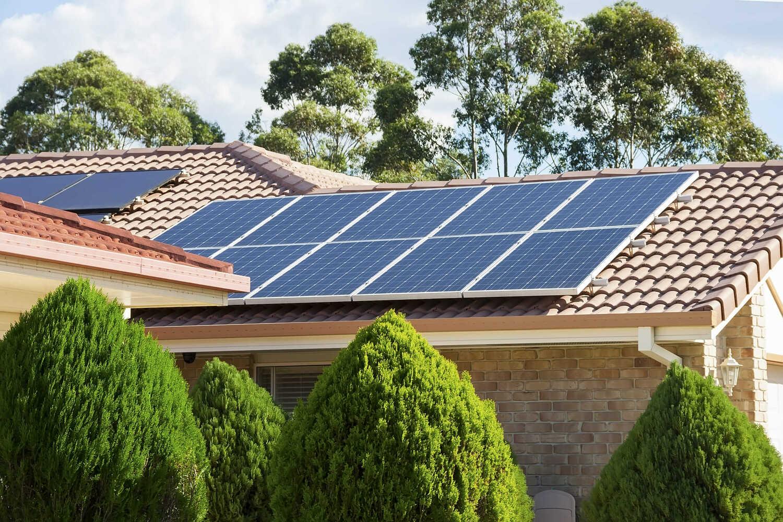 telhado com painéis de energia solar