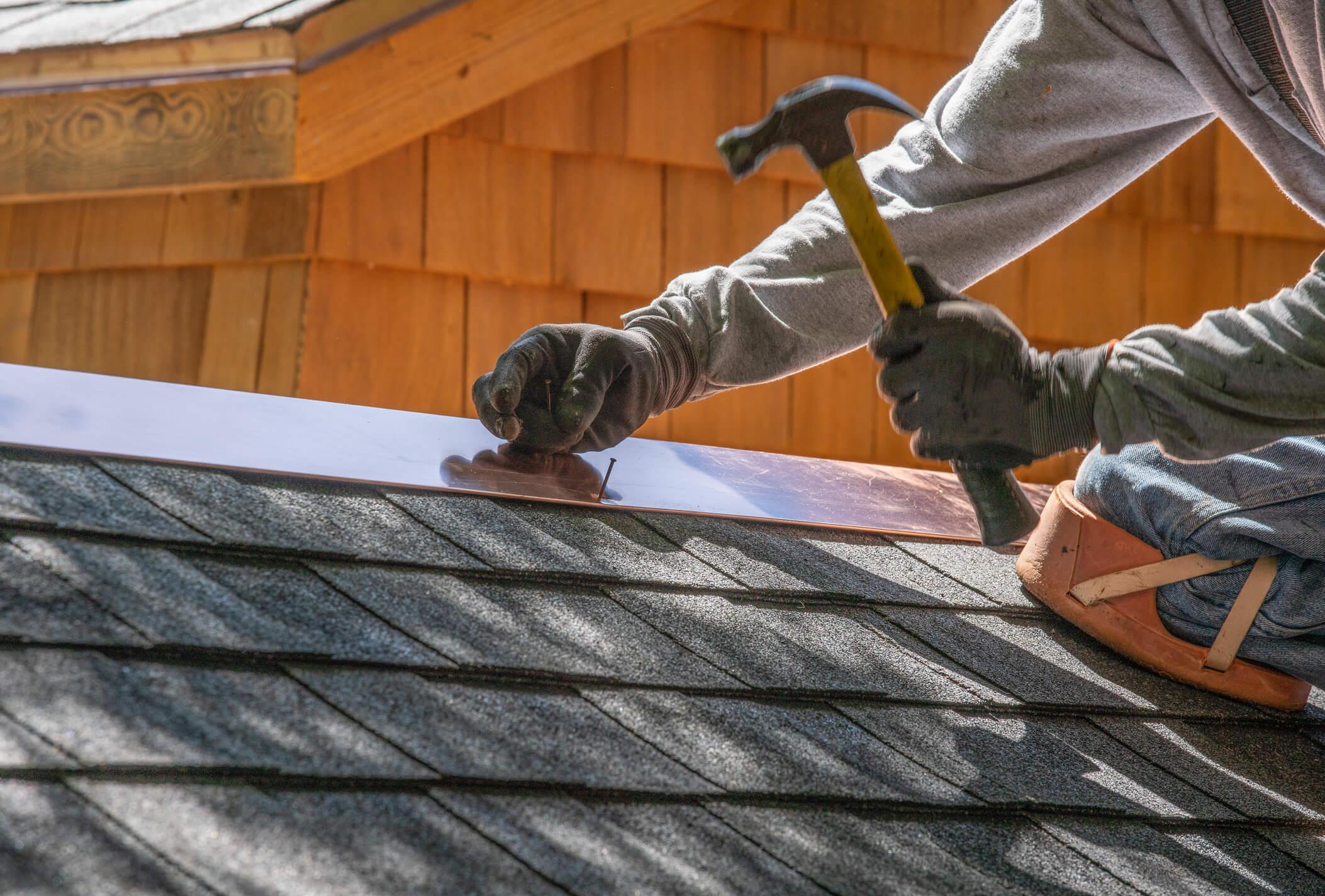 homem fazendo a reforma de um telhado