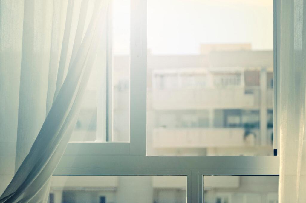 imagem de uma janela aberta de um apartamento com ventilação natural
