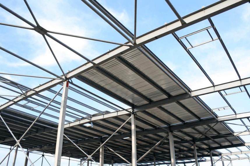 estrutura metálica com cobertura de telhas de metal