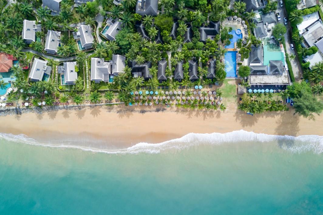 imagem aérea de casas à beira-mar
