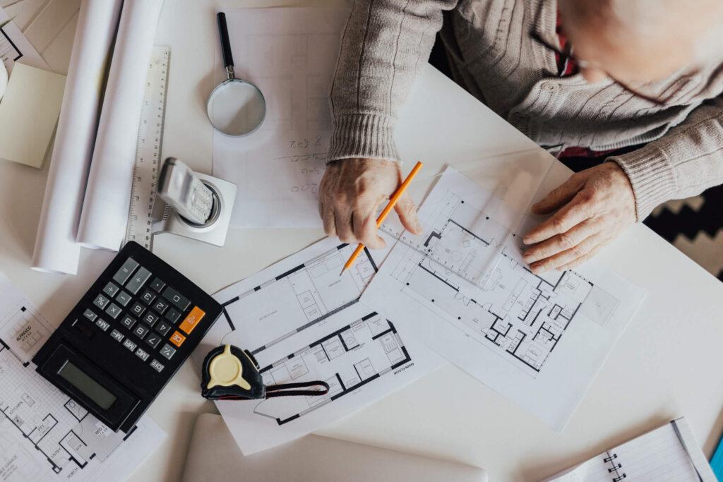 arquiteto desenhando a planta de uma casa