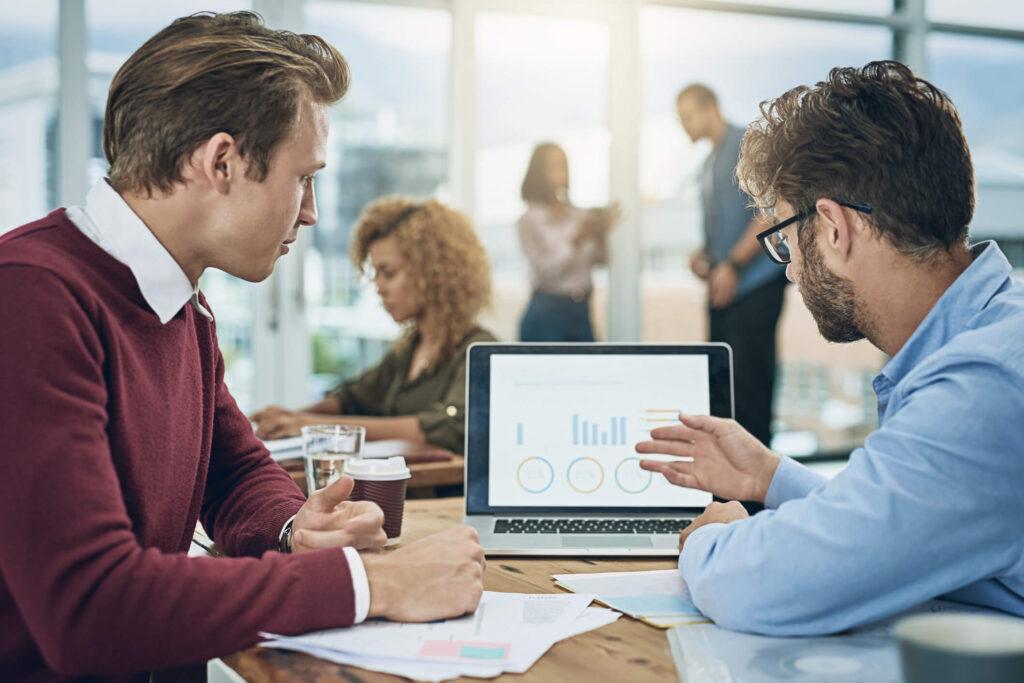 dois homens em uma reunião