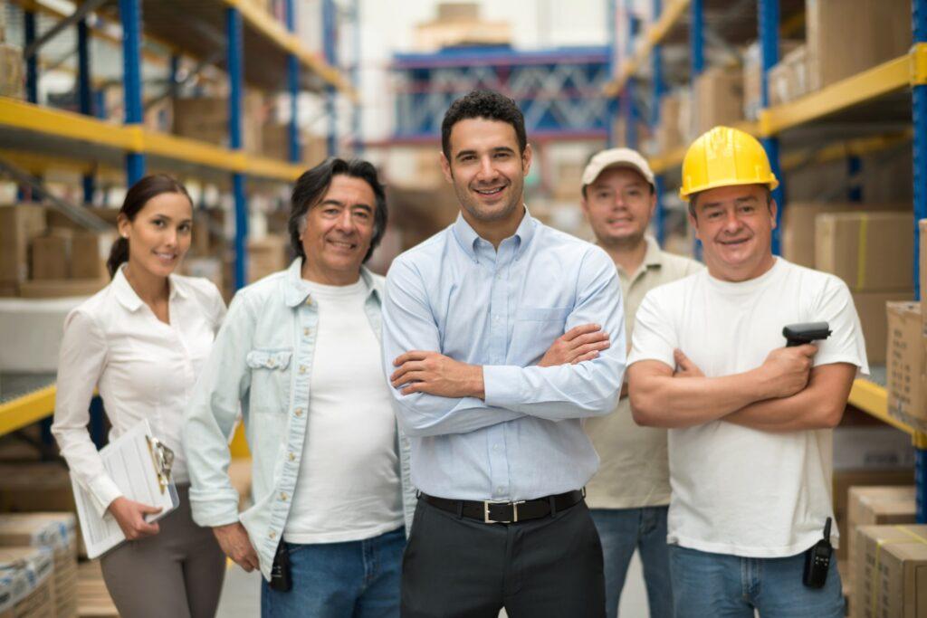 grupo de engenheiros reunidos em uma obra