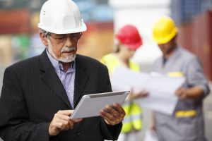 engenheiro fazendo gestao de custos na construcao civil