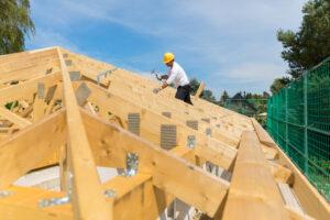 homem trabalhando em um telhado de madeira