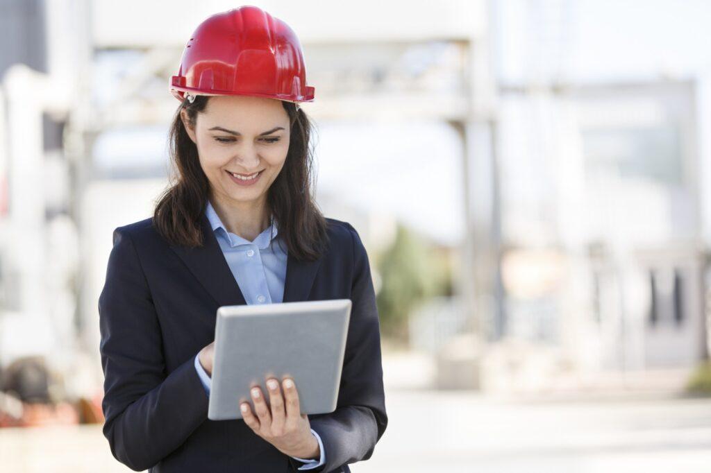 engenhheira assinando um contrato digital no tablet