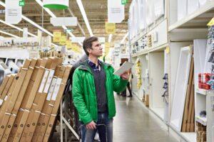 homem em loja de material de construção fazendo especificação de materiais