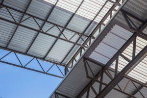 foto tirada de um telhado industrial