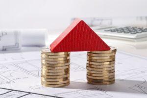 moedas empilhadas em forma de casa